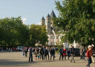Schulhof - im Hintergrund die Basilika